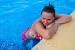 放松在热带水池的妇女 免版税库存照片