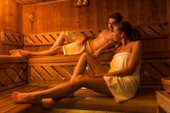 放松在热的蒸汽浴的年轻夫妇 库存照片