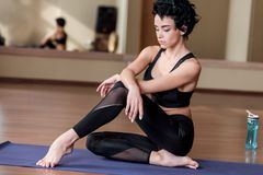 放松在瑜伽席子的妇女 库存照片