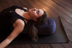 放松在瑜伽类以后的女孩 免版税库存照片