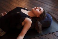 放松在瑜伽类以后的女孩 免版税图库摄影