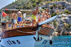 放松在甲板游览的土耳其游人乘快艇,晴朗的夏天 图库摄影