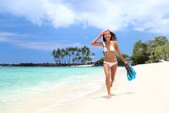 放松在白色沙子海滩的愉快的比基尼泳装妇女 免版税图库摄影