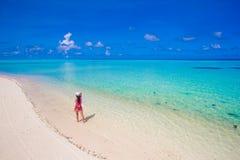放松在白色沙子的美丽的女孩热带 免版税库存照片