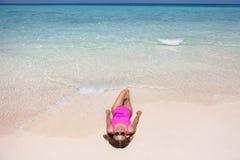 放松在白色沙滩的妇女在海附近 库存图片