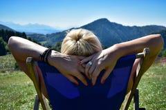 放松在的妇女sunbed在Tatra山 图库摄影