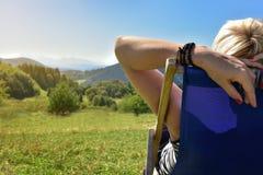 放松在的妇女sunbed在Tatra山 免版税图库摄影