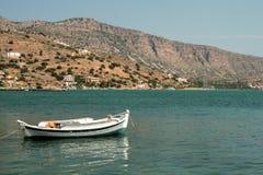 放松在看见的小船,克利特,希腊 图库摄影