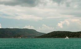 放松在看见的小船,克利特,希腊 免版税库存照片