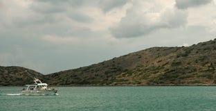 放松在看见的小船,克利特,希腊 免版税图库摄影
