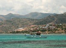 放松在看见的小船,克利特,希腊 库存图片
