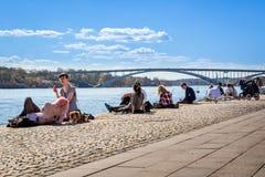 放松在码头的人们 免版税图库摄影