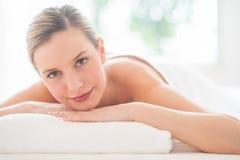 放松在秀丽温泉的可爱的妇女 免版税库存图片