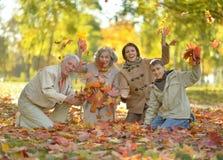 放松在秋天公园的家庭 免版税图库摄影