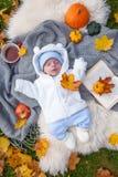放松在秋天公园的小男孩 免版税库存照片