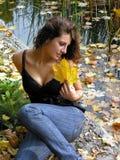 放松在秋天公园的少妇 免版税图库摄影