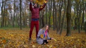 放松在秋天公园的无忧无虑的快乐的夫妇 影视素材