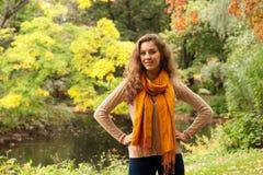 放松在秋天公园的年轻俏丽的妇女 库存照片