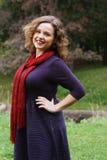 放松在秋天公园的年轻俏丽的妇女 图库摄影