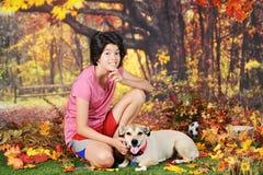 放松在秋天公园 免版税图库摄影