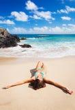 放松在美丽的热带海滩的妇女 库存图片