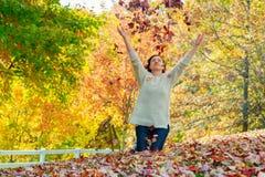 放松在美好的秋天天的快乐的妇女, 免版税库存图片