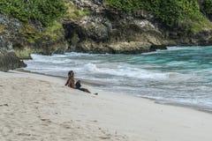 放松在肮脏的海湾巴巴多斯的地方人 免版税图库摄影