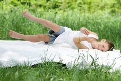 放松在自然本底的空白河床上的男孩 图库摄影