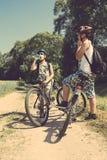 放松在自行车旅行的两个少年 库存照片