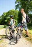 放松在自行车旅行的两个少年 免版税库存图片