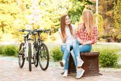 放松在自行车骑马以后的女孩 图库摄影