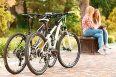 放松在自行车骑马以后的女孩 免版税库存图片