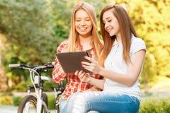放松在自行车骑马以后的女孩 库存照片