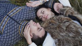 放松在草的愉快的微笑的夫妇,说谎 4K 股票视频