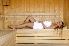 放松在蒸汽浴的少妇和享用热空气 免版税库存图片