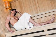 放松在蒸汽浴的英俊的人 免版税图库摄影