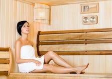 放松在蒸汽浴的半裸体的妇女 库存照片