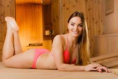少妇裸体泡汤�9�b���_放松在木芬兰蒸汽浴的少妇 比基尼泳装休息的可爱的女孩 温泉福利乐趣