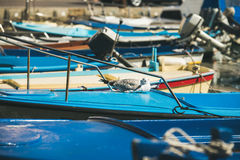 放松在蓝色小船sundeck的海鸥在皮兰小游艇船坞 库存照片