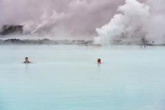 放松在蓝色盐水湖 图库摄影
