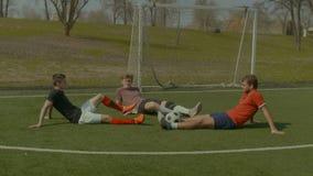 放松在足球场的足球运动员在比赛以后 股票录像