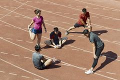放松在轨道的年轻亚裔运动员 图库摄影