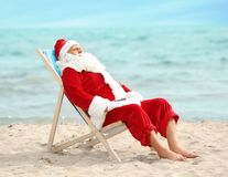 放松在轻便折叠躺椅的地道圣诞老人 库存图片
