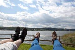 放松在远足以后的一条长凳 库存图片