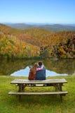放松在远足的父亲和女儿绊倒 库存照片