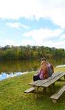 放松在远足以后的家庭在秋天森林里 库存照片