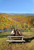 放松在远足以后的家庭在秋天森林里 库存图片