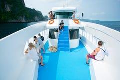 放松在速度小船的游人在期间去披披岛 库存照片