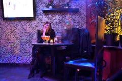 放松在酒吧的人们 免版税库存照片