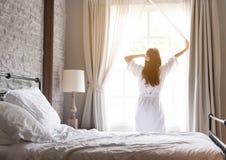 放松在酒店房间的亚裔妇女,strectching, 免版税库存图片